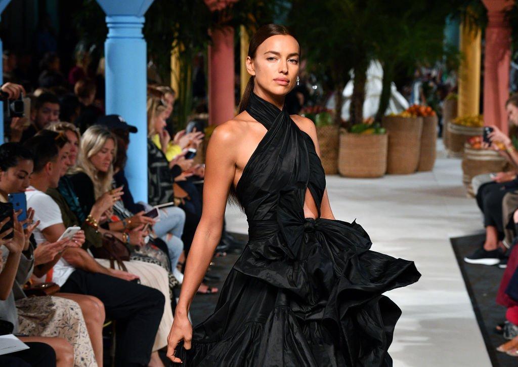 Irina Shayk parcourt la piste d'Oscar de la Renta lors de la Fashion Week de New York