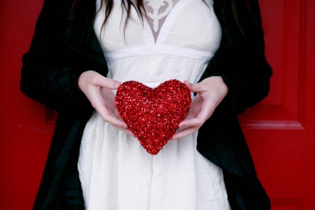 Un cœur entre les mains d'une femme. | Source : Unsplash