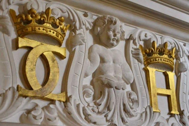 Emblème d'Henri II, ce sont ces mêmes double C de Catherine de Médicis au château de Chenonceau. | Source : Esprit de Gabrielle (L'héritage de Coco Chanel)