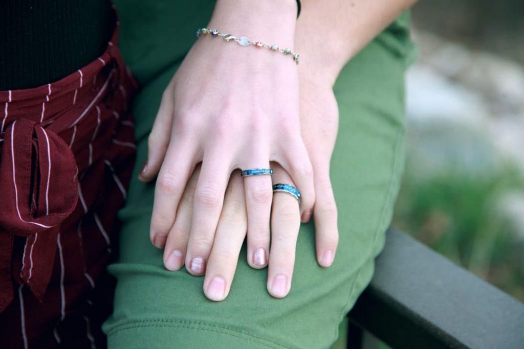 Les mains de deux personnes amoureuses. | Source: Unsplash