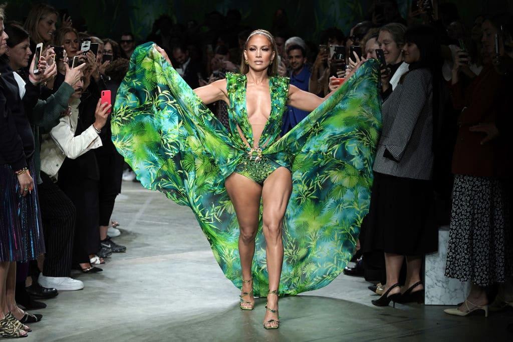 Jennifer Lopez parcourt la piste lors du défilé Versace