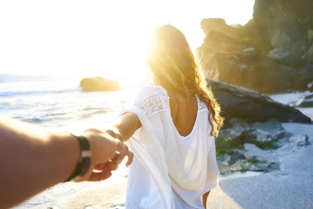 Un couple qui se tient la main. | Photo : Pixabay