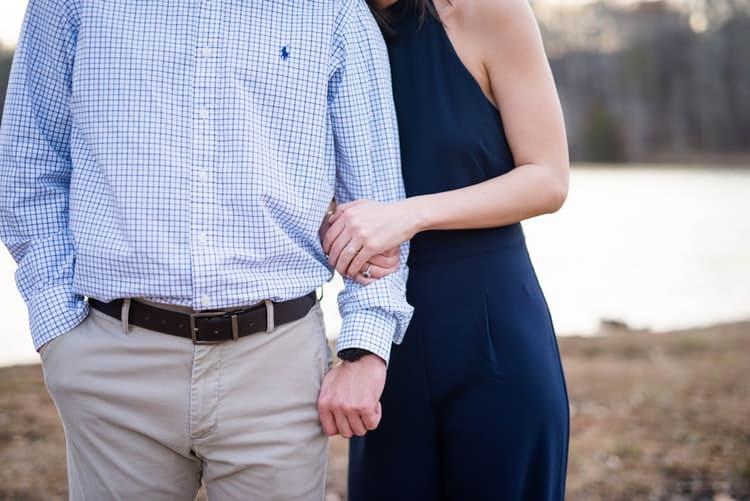 Deux personnes qui se tiennent dans les bras. | Photo : Pixabay