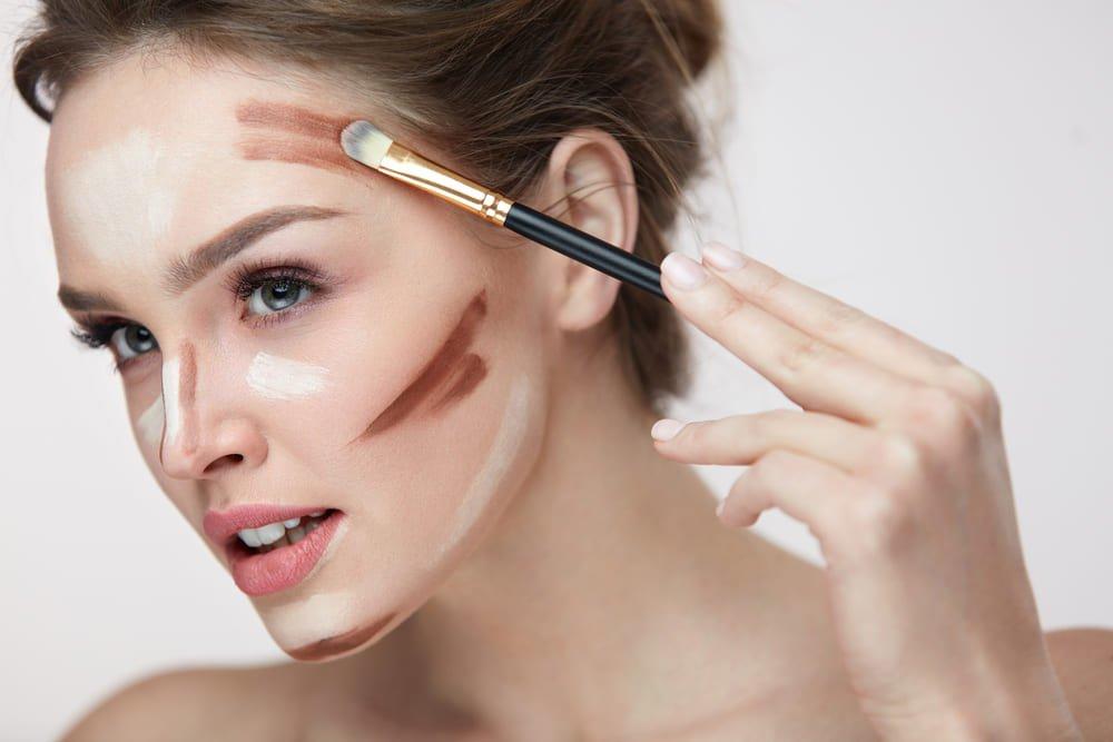 Une femme entrain de se maquiller