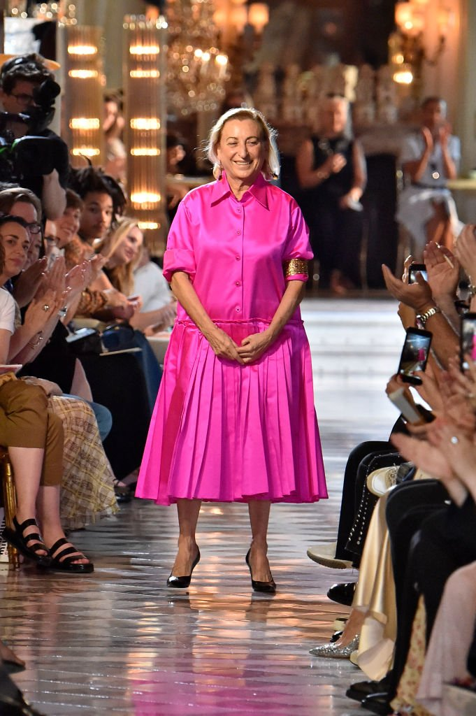 Miuccia Prada parcourt la piste lors de la finale du salon Miu Miu. | Photo : Getty Images