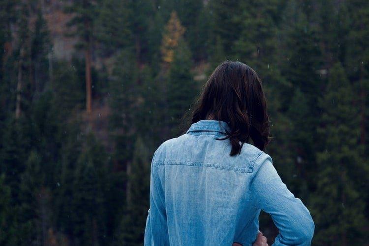 Une femme de dos. | Photo : Unsplash