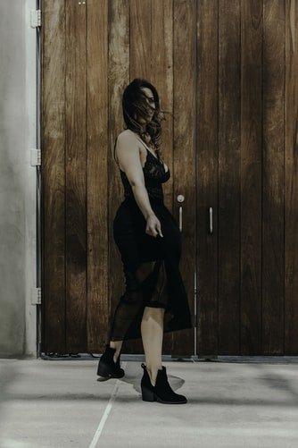 Une femme avec une robe noire. | Photo : Unsplash