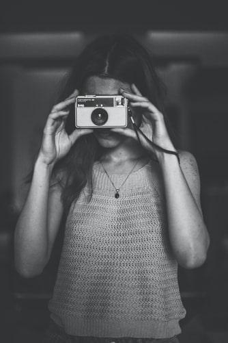 Une femme prenant une photo. | Photo : Unsplash