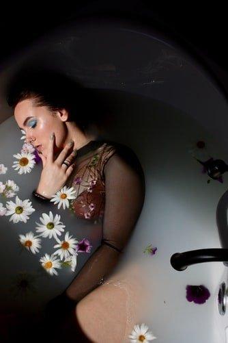 Un femme allongée dans une baignoire. | Photo : Unsplash