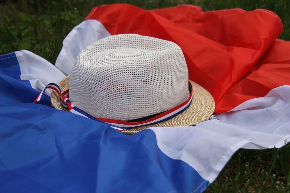 Chapeau et drapeau Bleu Blanc Rouge. | Source : Pixabay