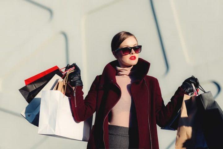 Femme avec des sacs de shopping. | Source : Pixabay