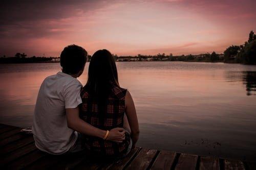 Un couple assit sur un banc. | Photo : Unsplash
